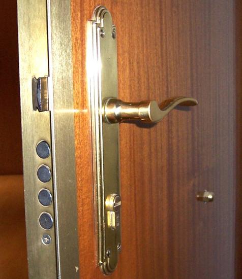 Cerraduras de seguridad en puertas blindadas. Cerrajero - Locksmith