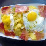 Huevos rotos con jamón y patatas