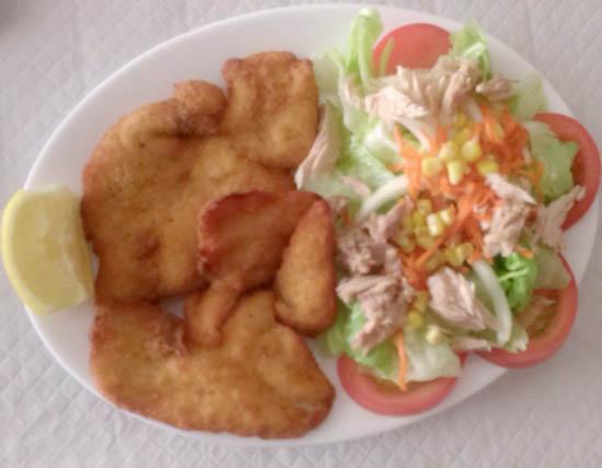 Filete de pollo empanado con ensalada Estepona