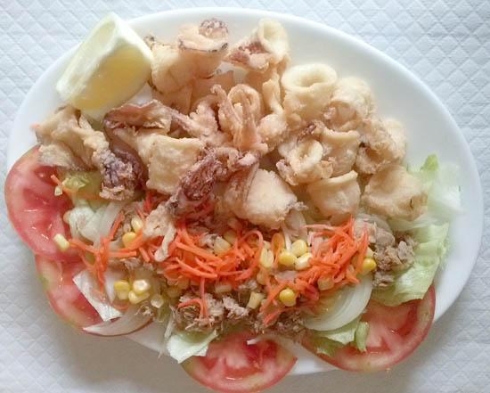 Plato combinado de calamares del país con ensalada Estepona